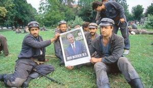 Minatori a Bucarest nel 1990 con un poster raffigurante Ion Iliescu