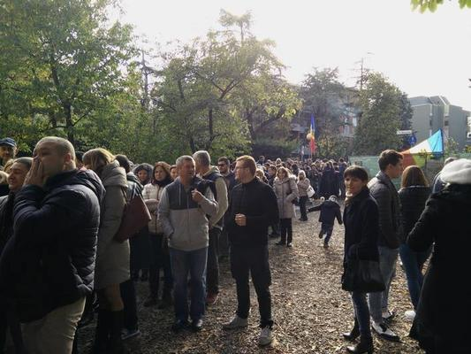 Moldavi in fila a Parma per il secondo turno (foto P. Bergamaschi)