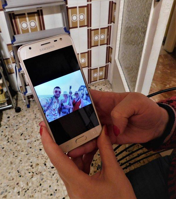 Mtvarisa, badante 48enne, ci mostra una fotografia della sua famiglia rimasta in Georgia. Reggio Calabria, 27 dicembre 2019 - Pietro Battaglia
