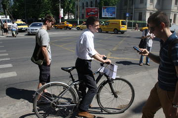 Nicușor Dan per le strade di Bucarest durante una campagna elettorale nel 2012 - Wikipedia
