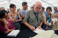 Paolo Rumiz firma copie del libro al Festival della Mente di Sarzana 2010 (foto di Francesco Fossa)