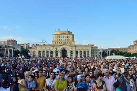 Folla a Yerevan per la visita di Papa Francesco (foto S. Zoppellaro)