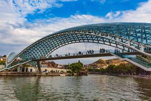 Persone su un ponte di Tbilisi, capitale della Georgia (© OSTILL is Franck Camhi/Shutterstock)