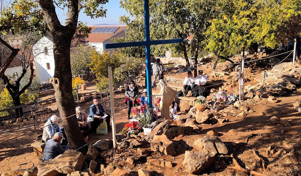 Pellegrini recitano le loro preghiere di fronte alla Croce Blu, ai piedi del Podbrdo - Mariangela Pizziato
