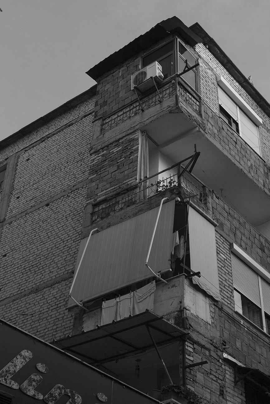 """Dettaglio della facciata di un """"prefabbricato"""" cinese.  La produzione in serie e la ripetizione dei moduli, típica dei prefabbricati d'epoca cinese ha contribuito a generare un paesaggio urbano monotono e piatto"""