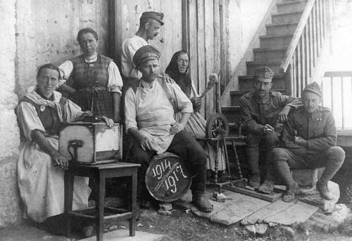 Alba di Canazei - 1917. Da sx: donne ladine, prigioniero russo, soldato austroungarico che fuma, anziana donna, due soldati austroungarici