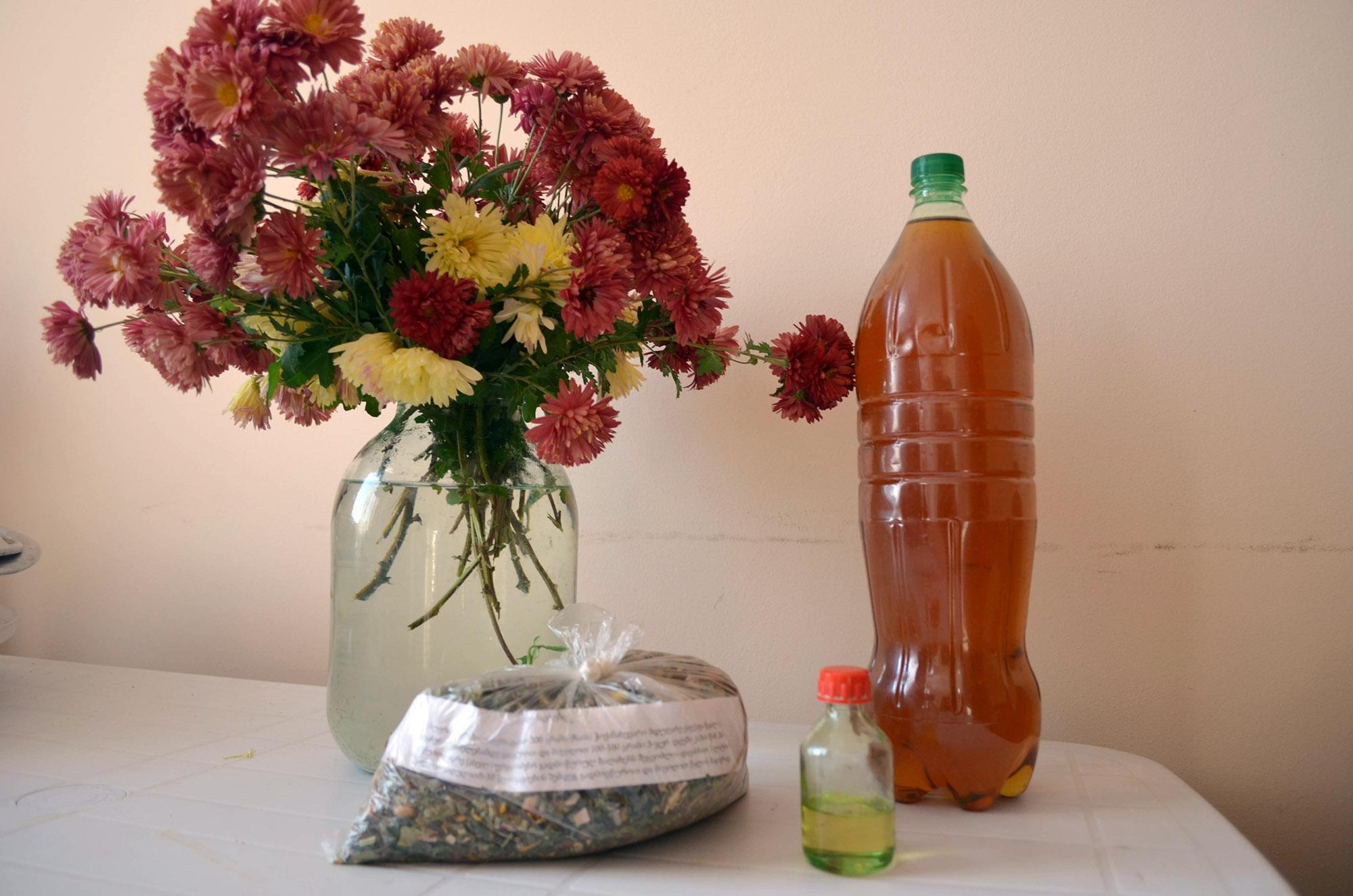 Prodotti realizzati con erbe medicinali. Foto: Salome Kinkladze / OC Media