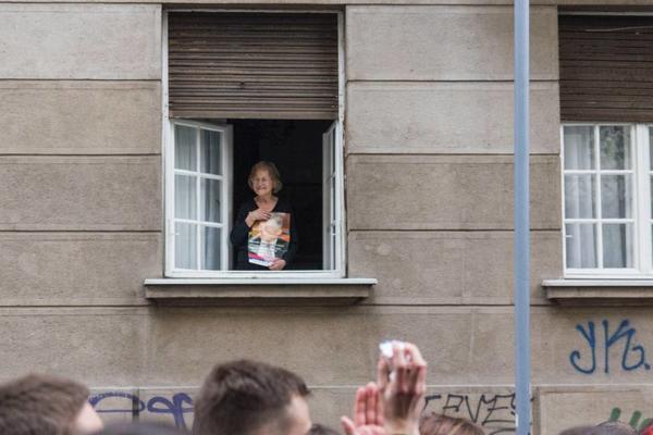 Signora con foto di Zoran Djindjic (Foto G. Vale)