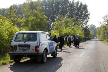 """Sulla sua Lada bianca, il """"ranger"""" Barnabas Héredi conduce un gruppo di rifugiati al punto di raccolta in attesa della polizia (foto G. Vale)."""