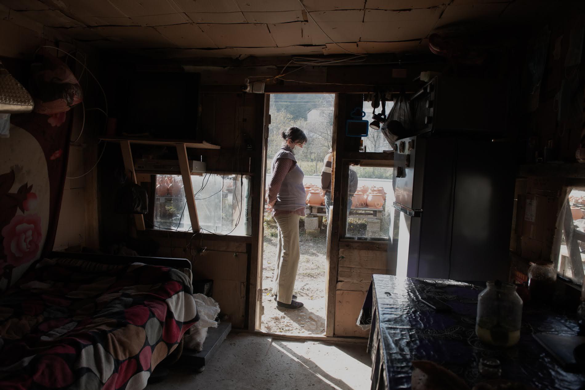 Negli ultimi tre anni, Davit e Natalia hanno vissuto quasi esclusivamente in una piccola stanza sul retro del bancone (Tamuna Chkareuli / OC Media)