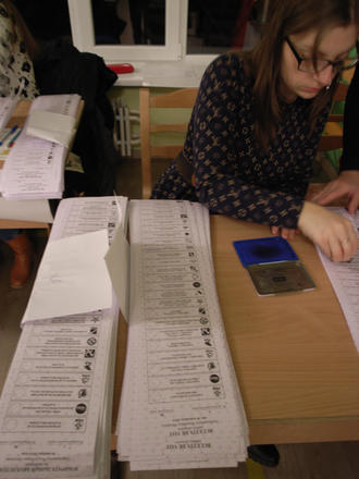Schede elettorali durante le elezioni in Moldavia
