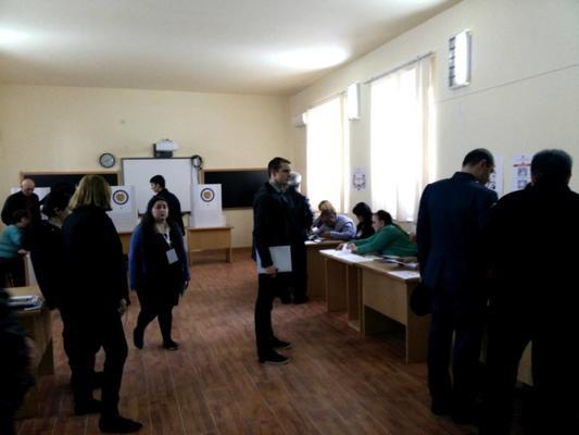 Operazioni di voto al seggio (foto Paolo B.)
