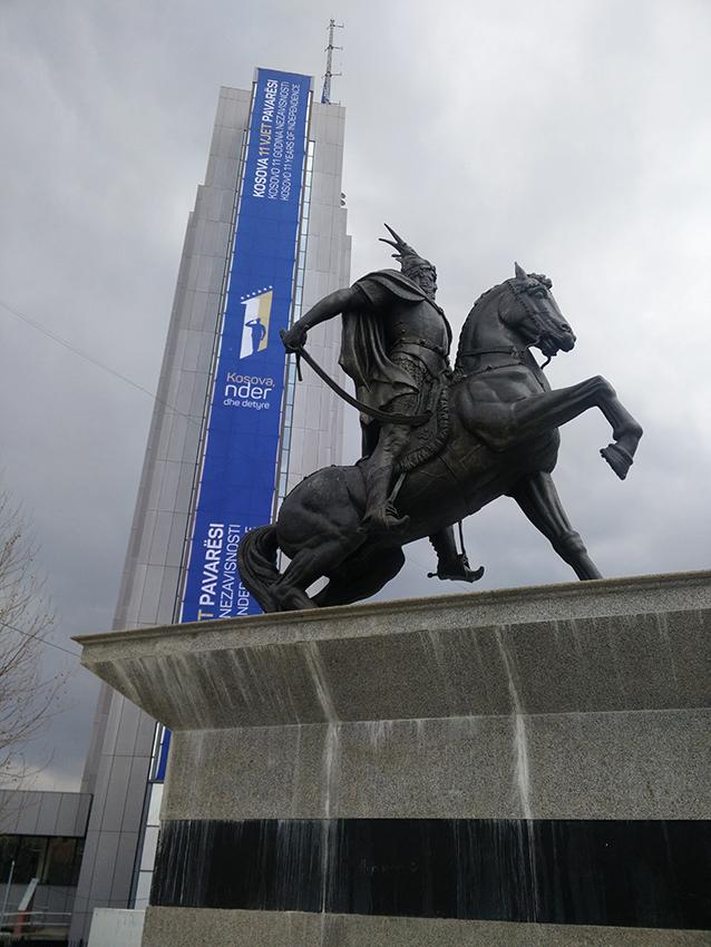 La statua a Skanderbeg nella piazza di Pristina (foto P. Bergamaschi)