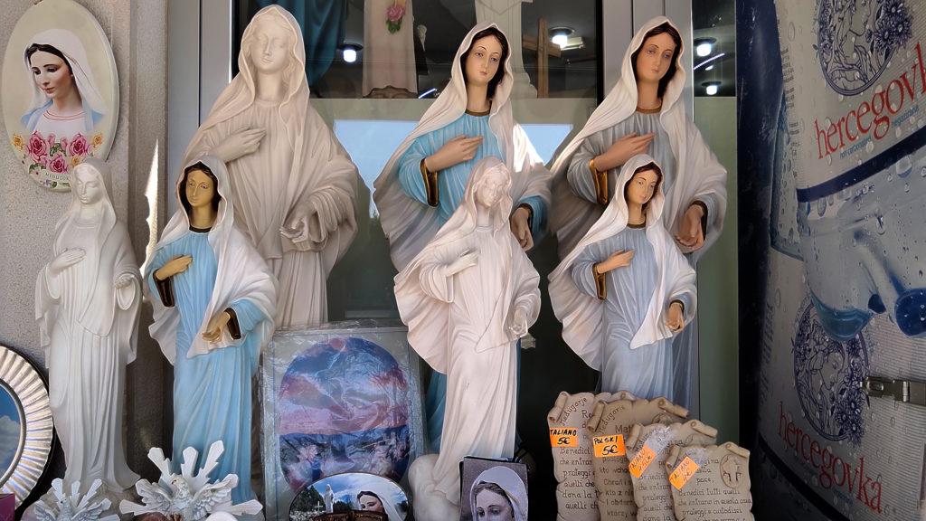 Souvenir che riproducono la Madonna di Tihaljina, modello iconografico di Međugorje - Mariangela Pizziato