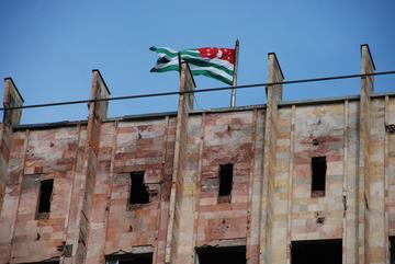 La bandiera abkhaza in cima all'ex palazzo del governo (M. Ellena)
