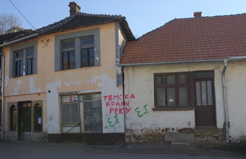 Graffiti nel villaggio di Temska (foto CINS)