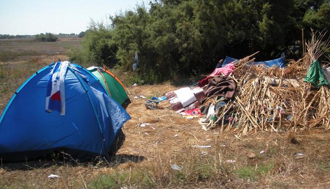 Tende e una capanna rudimentale alla periferia di Kos