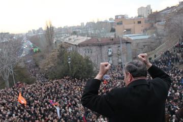 Ter-Petrosyan arringa la folla il primo marzo dal Matenadaran (Foto Arman Veziryan)