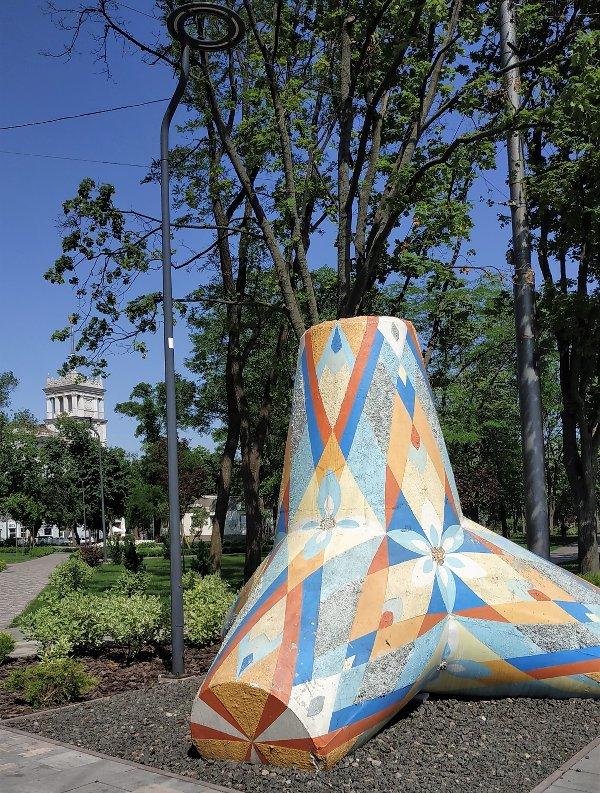 Tetrapode in centro città a Mariupol - foto Claudia Bettiol