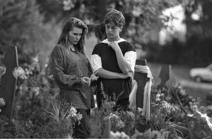 Tuzla 1995, ragazzi alla tomba degli amici - © Mario Boccia