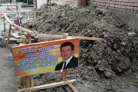 """Un cartello di lavori in corso con l'immagine del sindaco di Tbilisi e candidato alla riconferma, Gigi Ugulava. La scritta recita: """"scusate per i disagi al traffico, stiamo riparando la strada per voi"""" (Alix Kroeger/Flickr)"""