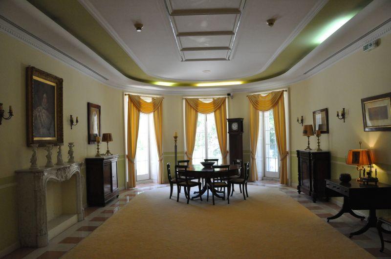 Un salone interno della villa di Mon Repos, a Corfù