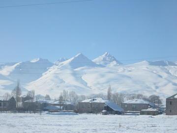 Un villaggio semi isolato sulla strada che costeggia il monte Aragats (Foto Ilenia Santin)