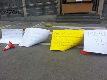 """Lo striscione davanti alla sede del governo del Cantone di Tuzla recita: """"Non voglio essere serbo, croato o bosgnacco ma essere cittadino di questo Paese e vivere del mio lavoro"""""""