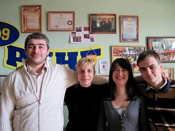 Žanna Borieva (seconda da sinistra) assieme ad altri attivisti di Al'bus nella sede dell'organizzazione