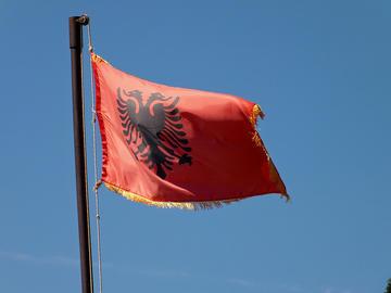 Bandiera albanese, foto di Michael Button - Flickr.com.jpg