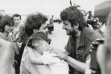 Agostino Zanotti e Christian Penocchio all'arrivo in Italia dopo l'eccidio del 29 maggio 1993.jpg