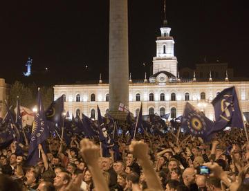 Piazza della Libertà, Tbilisi. L'opposizione festeggia dopo il voto