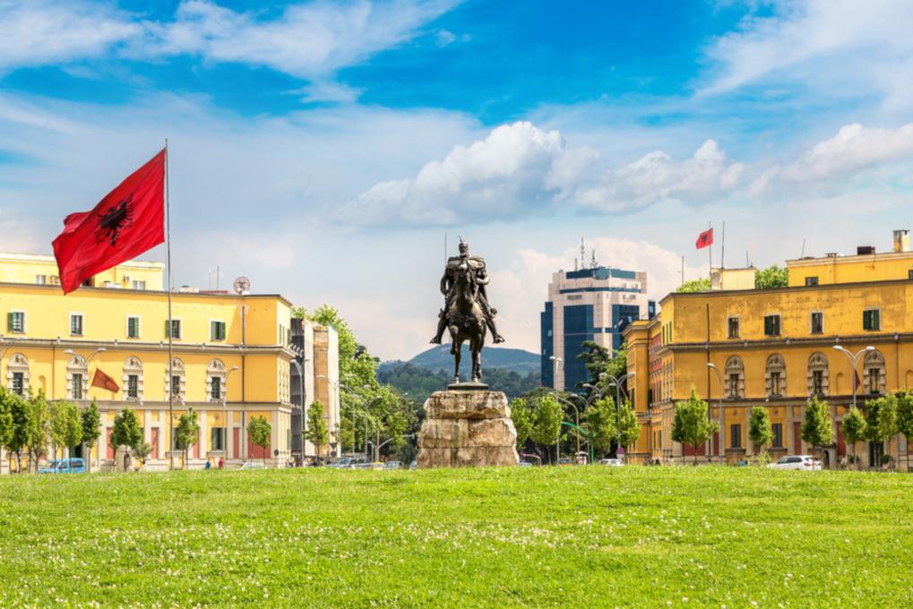 Tirana, piazza Skanderbeg - SF Shutterstock.jpg