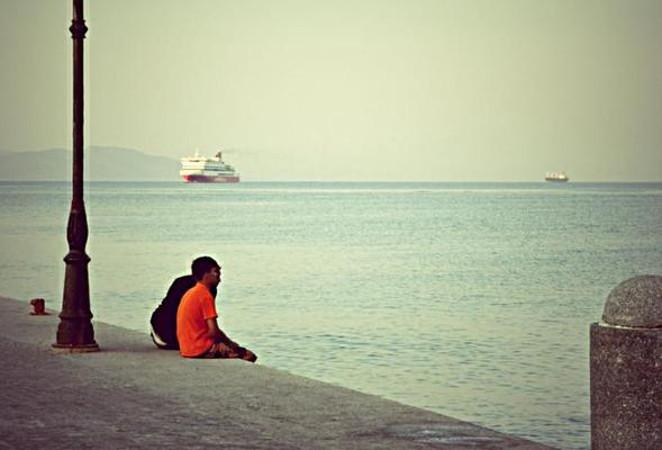 Due migranti sullo sfondo del mare di Kos, foto di Fabrizio Polacco per OBC.jpg