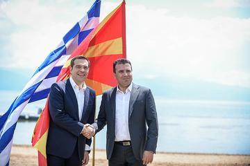 Tsipras e Zaev alla firma degli accordi di Prespa (Wikimedia commons)