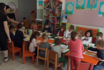 Uno screenshot dal video mostra bambini dell'asilo coinvolti in una attiavità assieme alle maestre