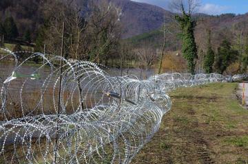 Filo spinato ai confini della Slovenia, foto © Stefano Lusa.jpg