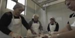 Donne intente a lavorare in una macelleria