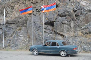 Bandiere in Nagorno Karabakh, maggio 2016 - Foto © Simone Zoppellaro.jpg