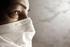 Donna con mascherina chirurgica