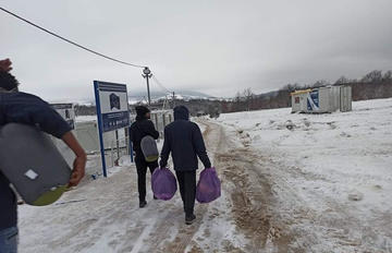 Campo di Lipa, migranti sotto la neve - foto Ipsia