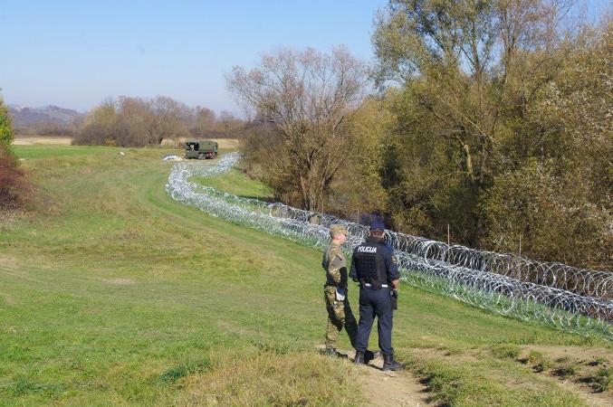 Filo spinato al confine tra Slovenia e Croazia, foto di © Stefano Lusa.jpg