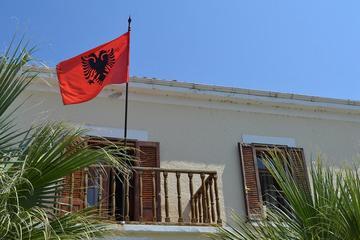 Albania, bandiera sul balcone - foto di Klesta Flickr.com