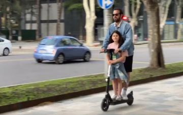 Padre e figlia in monopattino elettrico