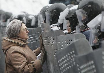 Kiev, woman and police, foto di Jordi Bernabeu Farrùs - Flickr.com.jpg