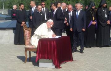 Yerevan, il Papa al Memoriale del Genocidio - foto © Simone Zoppellaro.jpg