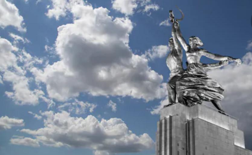 Famoso monumento sovietico raffigurante un operaio e una lavoratrice agricola © VLADJ55 - Shutterstock