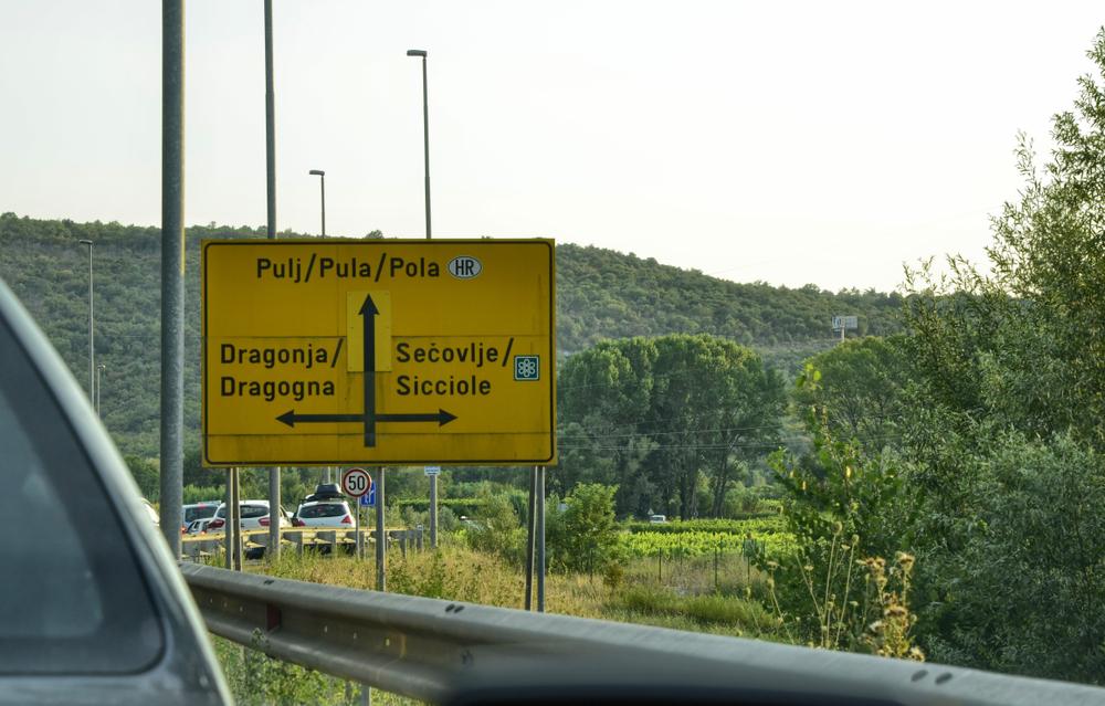 Bilingual road sign in Croatia (©) Shutterstock