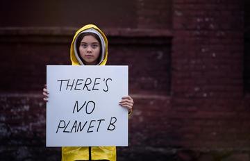 Ragazza protesta contro il cambiamento climatico