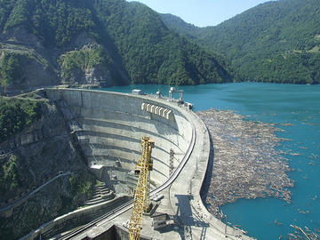 La diga sul fiume Inguri (BarryGeo/Flickr)